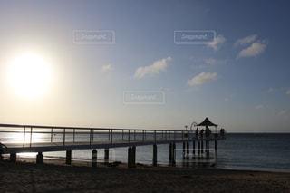 桟橋のシルエットの写真・画像素材[2292656]