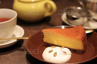 紅茶とカボチャのチーズケーキの写真・画像素材[2318819]