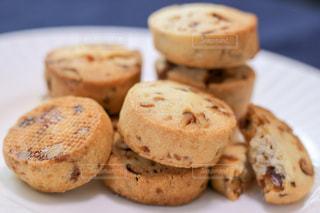 キャラメルマカダミアナッツのクッキーの写真・画像素材[2373124]