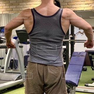 男性の背中の写真・画像素材[2395958]
