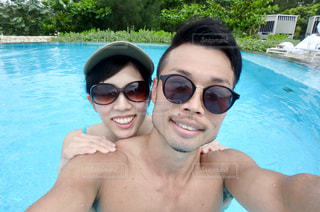 プールで泳ぐ男女の写真・画像素材[3383309]