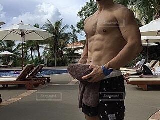プールサイドに立つ男性の写真・画像素材[4279560]