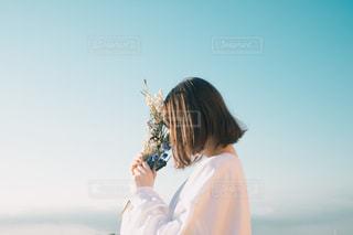 女の子と花の写真・画像素材[2066323]