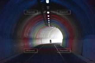 虹色の光のトンネルの写真・画像素材[2064104]