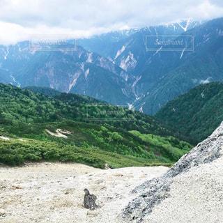 背景に大きな山の写真・画像素材[2345509]