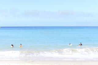 水の体の近くのビーチで人々のグループの写真・画像素材[3788015]