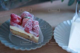 テーブルの上に座っているケーキの写真・画像素材[4190295]