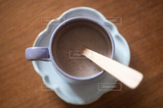 コーヒーを一杯の上の木製テーブルの上にスプーンの写真・画像素材[4190293]