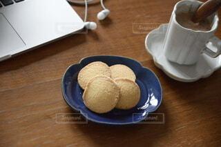 木製のテーブルの上に座っているコーヒーを一杯の写真・画像素材[4190298]