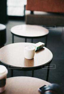 テーブルの上のコーヒー1杯の写真・画像素材[2117290]