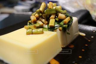 テーブルの上の食べ物の写真・画像素材[2107897]
