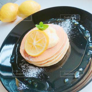 レモンカスタードクリームパンケーキの写真・画像素材[2060373]