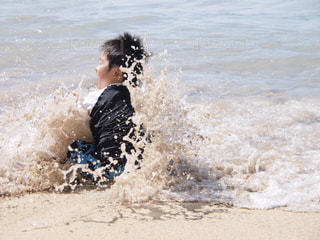 水の体の上で波に乗っている人の写真・画像素材[2117588]