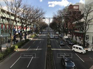 たくさんの交通量であふれた街の眺めの写真・画像素材[2184441]