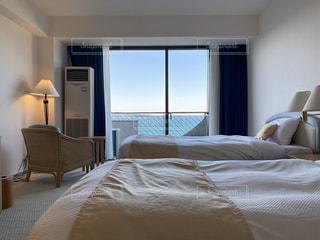ホテルの部屋にベッド付きのベッドルームの写真・画像素材[3082557]