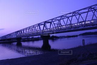 水域を渡る橋を渡る列車の写真・画像素材[2334017]