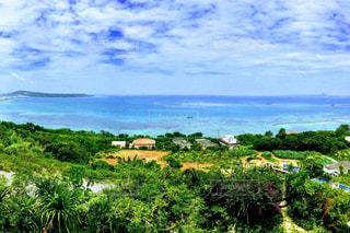 青い海と青い空の写真・画像素材[2055620]
