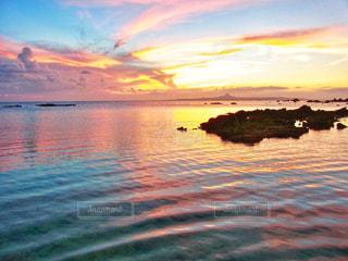 遠くに見える伊江島と夕焼けの写真・画像素材[2082997]