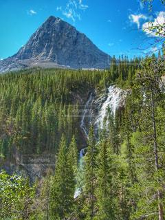 バンフ国立公園にて山と滝の写真・画像素材[2111370]