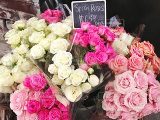 海外の花屋さんでバラの花束の写真・画像素材[2133887]