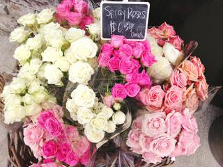 海外のお花屋さん。たくさんのバラの花束。の写真・画像素材[2133888]