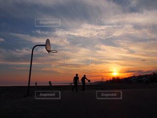 夕方にバスケをしているの写真・画像素材[2165070]