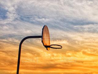 夕陽の中のバスケットゴールの写真・画像素材[2165081]