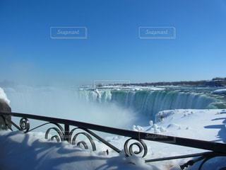 雪で埋もれている手すりとナイアガラの滝の写真・画像素材[2167347]
