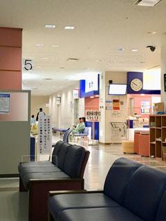 夜の救急外来の待合所の写真・画像素材[2178506]