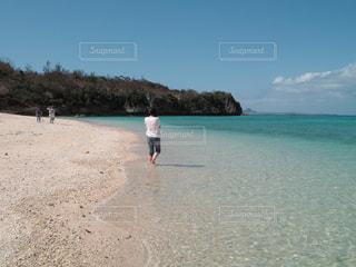 瀬底島のビーチと女性の後ろ姿の写真・画像素材[2213698]