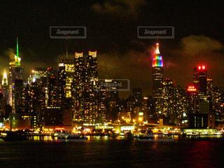 ニューヨークの街の夜景の写真・画像素材[2213701]