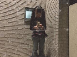 れんが造りの建物の前に立っている人の写真・画像素材[2081996]