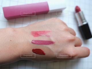 ピンクの歯ブラシを持つ手の写真・画像素材[2441592]