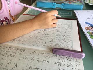 漢字の勉強をする子供の写真・画像素材[2054264]