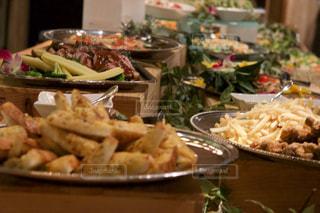 テーブルの上にたくさんの食べ物の写真・画像素材[2099353]