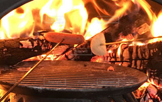 ピザ窯でウインナーを焼くの写真・画像素材[2099426]