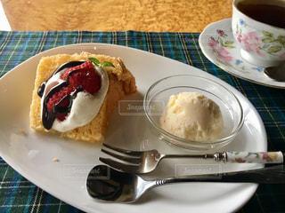 食卓の上のシフォンケーキの写真・画像素材[2134472]