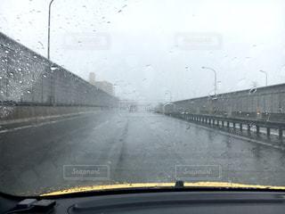 雨の中高速道路を走るの写真・画像素材[2289824]