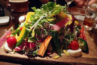 テーブルの上のサラダの皿の写真・画像素材[2867694]