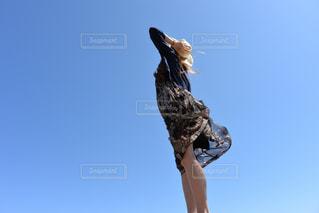 澄んだ青空に立つキリンの写真・画像素材[2142176]