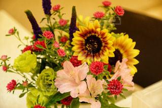 テーブルの上の花瓶に花束をの写真・画像素材[2286217]
