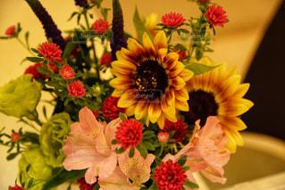 テーブルの上の花瓶に花束をの写真・画像素材[2286218]