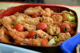 皿の上に異なる種類の食べ物で満たされたプラスチック容器の写真・画像素材[2292086]