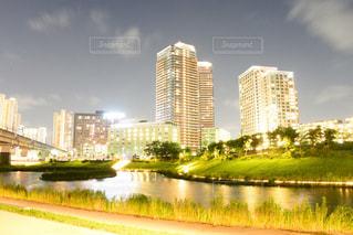 都市を背景にした水域に架かる橋の写真・画像素材[2318355]