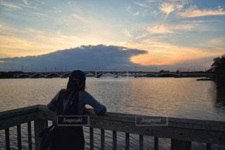 夕日を眺める女性の写真・画像素材[2455790]