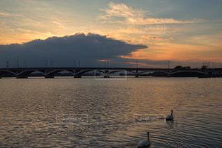 水の体の上の夕日の写真・画像素材[2455793]