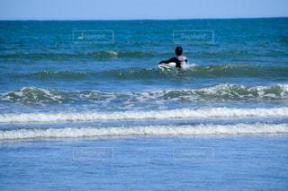 海のサーフボードに波に乗っている男の写真・画像素材[2140479]