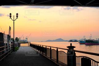 橋の下の夕日の写真・画像素材[2115769]