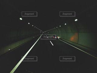 暗闇に座っている光の棒のクローズアップの写真・画像素材[2176366]