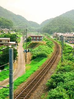 山の近くで列車を走行する列車の写真・画像素材[2336206]